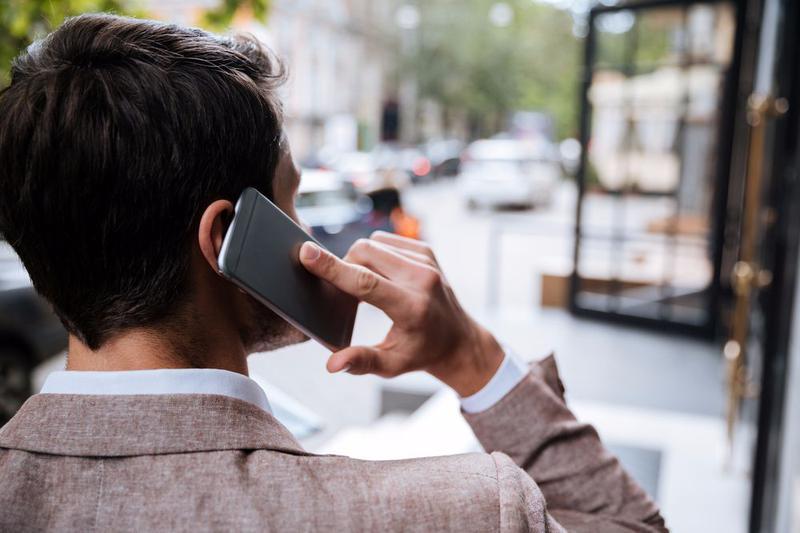 13% людей притворяются, что говорят по мобильному телефону, что бы избежать неприятной встречи или разговора.